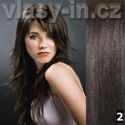 Umělecky vyčesané velmi dlouhé vlasy hnědé barvy